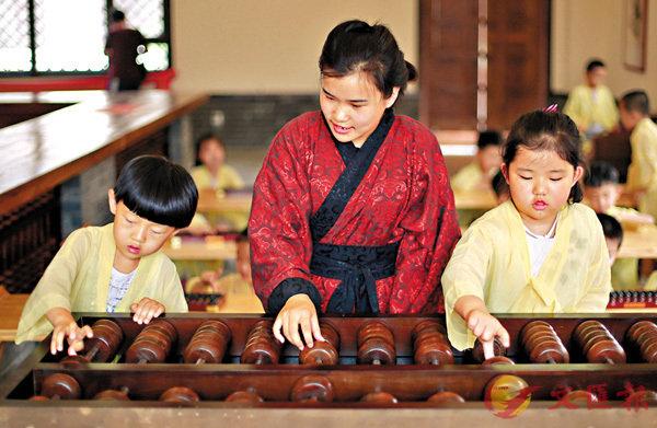 ■ 河北衡水的國學館老師在指導孩子們學習珠算。資料圖片