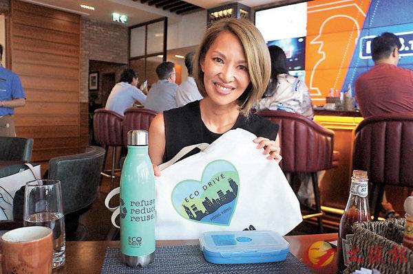 ■Yolanda Choy每天出門都自備Eco Drive自家設計的環保水樽及布袋。 陳添浚  攝