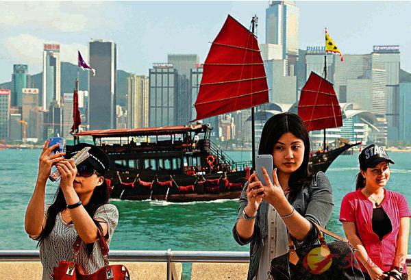 ■旅遊業界預料,中美貿戰短期不影響訪港客量。惟人民幣倘持續貶值,其負面影響或於明年春夏浮現。圖為內地遊港旅客。 資料圖片