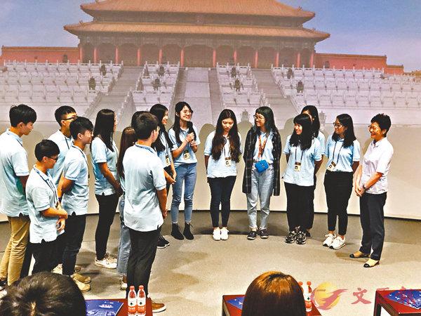 ■林鄭月娥(右一)在故宮看望實習的粵港澳學生。 記者王宇珂  攝