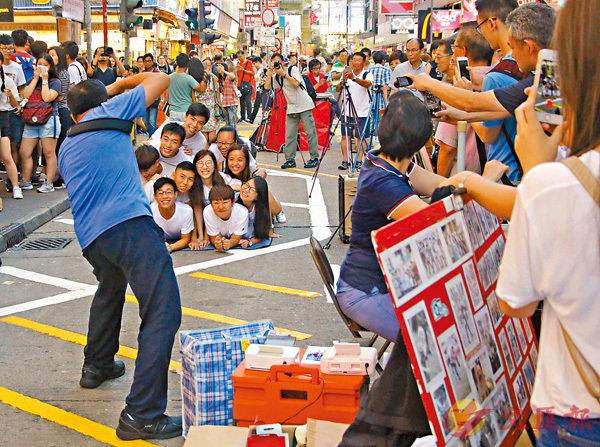 ■市民特地到旺角行人專區拍照留念。 香港文匯報記者彭子文 攝