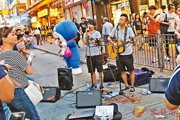 ■樂隊「SHUTTLE BUSK」趕在旺角行人專區取消前到場表演。 彭子文 攝