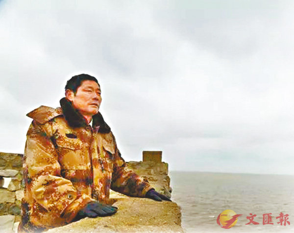■王繼才在開山島上眺望遠方。   新華社