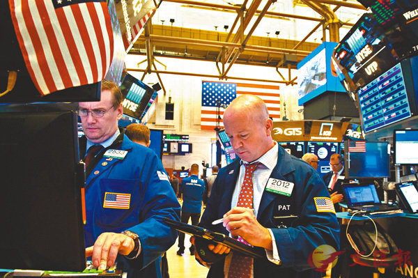 ■歷史經驗告訴我們,貿易戰絕不會有贏家,反而是隨�荈T易戰的持續,金融資產的估值將面臨慘烈的調整。圖為美國紐約交易所交易員。 法新社
