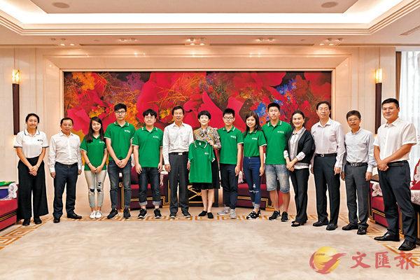 ■劉筱柳(左七)、江正銀(左六)等與學生代表合影。 香港文匯報記者向芸  攝