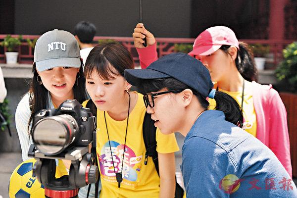 ■台灣大學生在長沙火宮殿拍攝湖南衛視實習結業作品《幸福足跡》。新華社