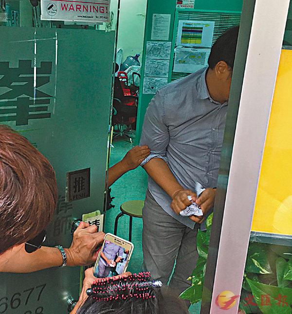 ■辦事處職員將請願信撕毀。 香港文匯報記者陳永臣  攝