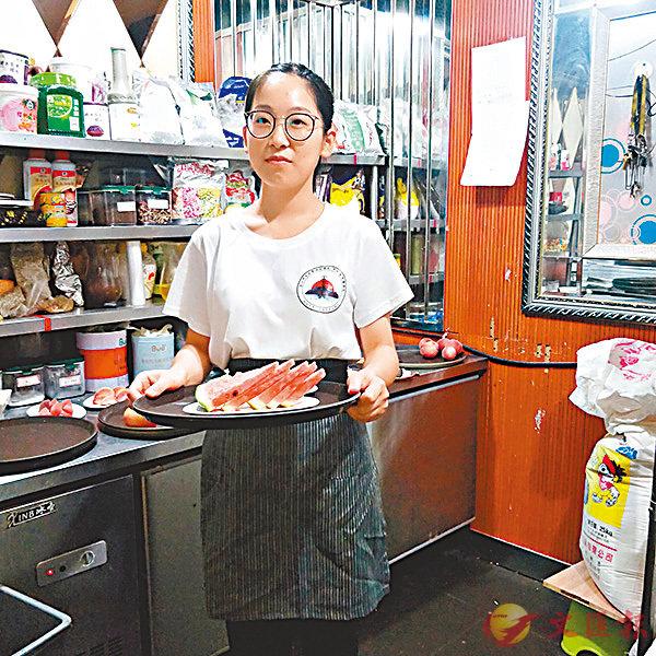 ■參加生存挑戰的學生在茶館做服務員。 網上圖片