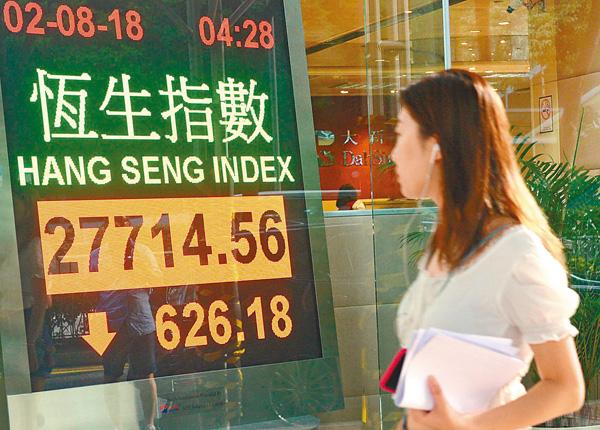 ■ �琤肏�數昨急跌626點,跌幅2.21%。 中新社