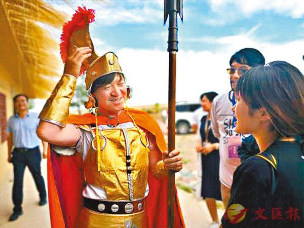 ■ 被外界一直稱作「古羅馬後裔」的甘肅永昌人孫建軍(左)現已成為當地的旅遊大使。網上圖片