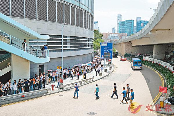 ■購買PARK YOHO Milano人龍排到ICC商場停車場出口外,一路到達西隧範圍。香港文匯報記者梁祖彝  攝