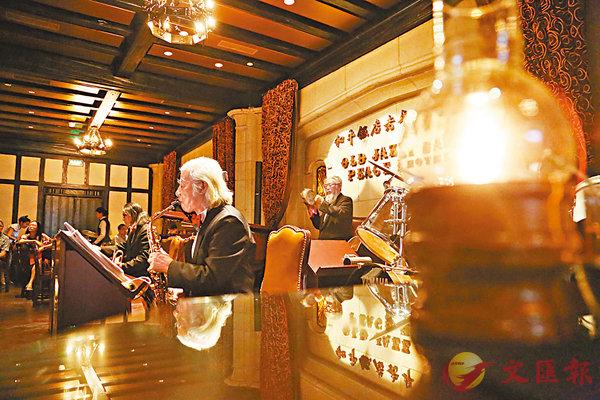 ■常駐和平飯店演出的「老爵士樂隊」,由平均年齡超過80歲的年長者組成,在上海灘大有名氣。 網上圖片