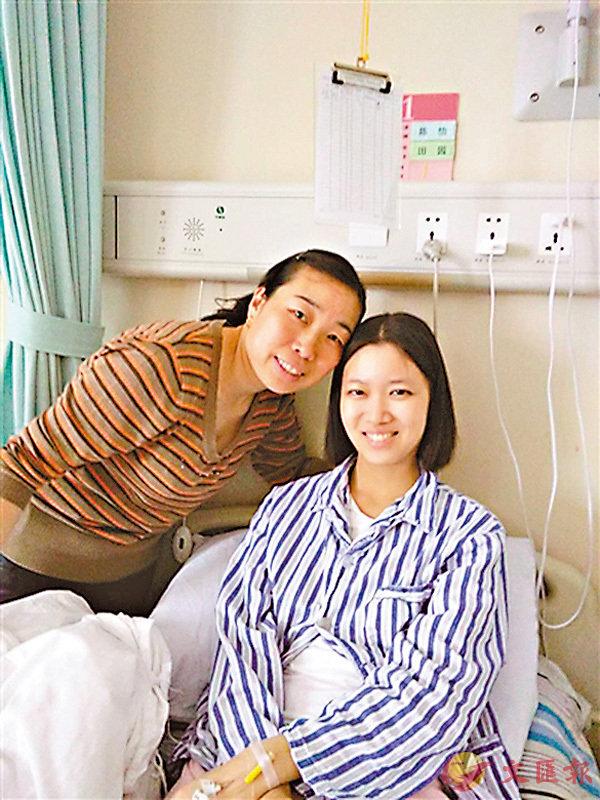 ■病床上的張蕊及其三姨張玉梅。 網上圖片