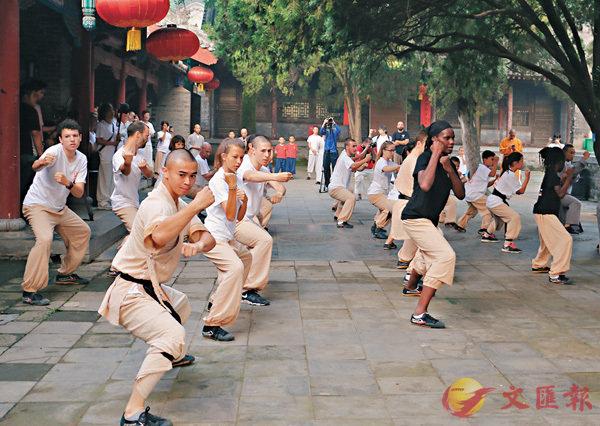 ■洋弟子展演少林傳統拳、少林太極拳、器械等少林功夫。 香港文匯報河南傳真