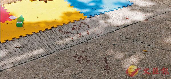 ■兩名男子昨晨在街頭排隊輪候演唱會門票時,突遭兩名男子襲擊,現場遺下血跡。 香港文匯報記者劉友光  攝
