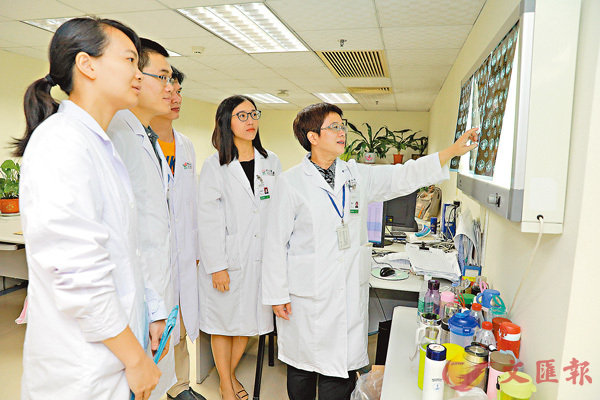 ■中山大学黄欣教授(右一)领衔的专家团队发现晚期卵巢癌新疗法。 中山大学肿瘤防治中心供图