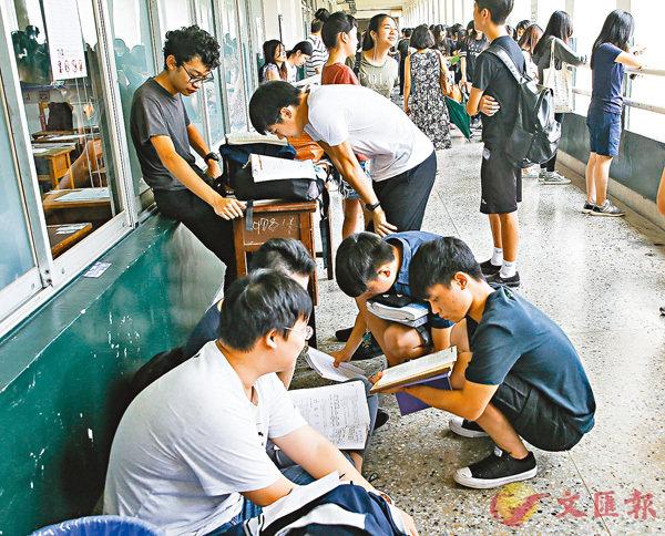 ■台灣入學指考昨日放榜,僧多粥少,分發錄取率創近6年新低。圖為考生在考場外溫書。 資料圖片