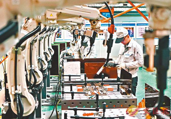 ■美國此次加徵關稅清單主要包括中國的電子產品、塑料製品、化學品和鐵路設備等279項商品。圖為內地一家焊接機械人生產企業的工人在工作。 資料圖片