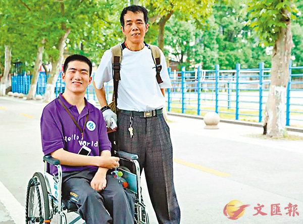 ■莫天池(左)與父親。   網上圖片