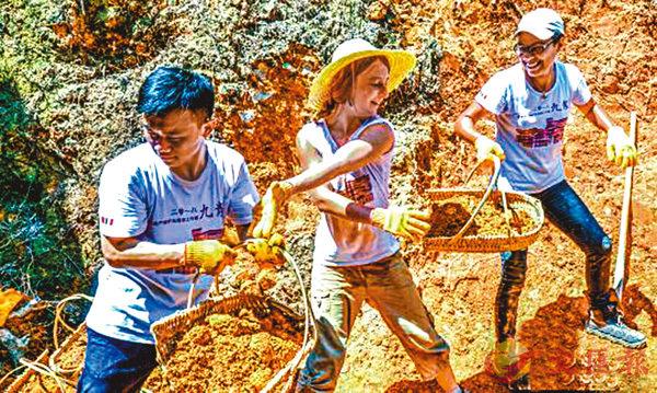 ■參加此次工作營的法國義工正在學習就地取材修復方樓土厝。   網上圖片