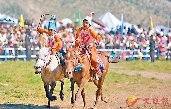 ■當吉仁賽馬節已有300多年歷史,圖為往年賽馬節上騎手正在參加比賽。   網上圖片
