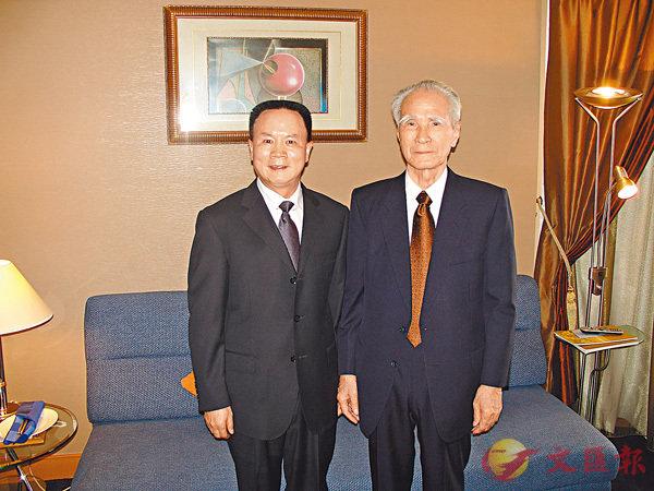 ■日本文物與藝術品收藏家王雪(左)與日本前首相村山富市合影