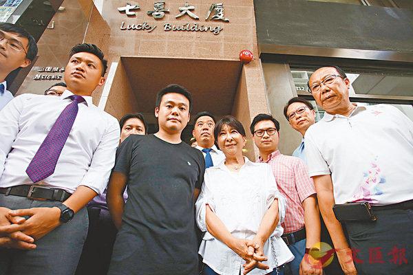 ■蔣麗芸及鄭泳舜等人昨午到現場巡察。 香港文匯報記者劉國權  攝