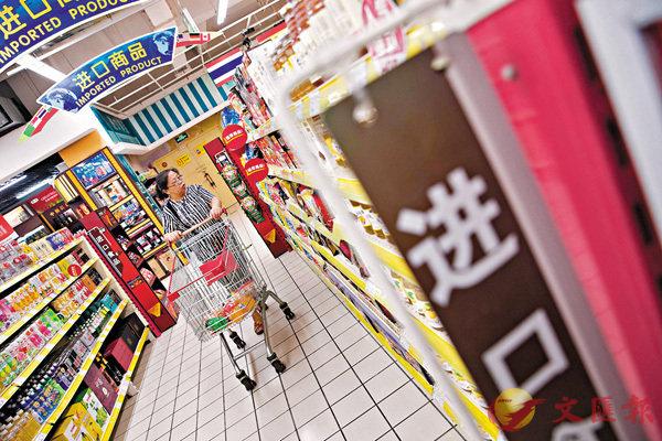 ■美聯社引用數據顯示,今年7月中國進出口貿易呈增長態勢。圖為民眾正在挑選進口商品。 中新社