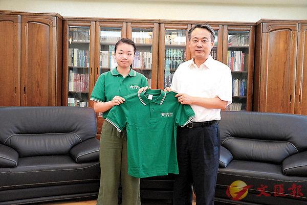 ■交流團代表向陳勇(右)贈送團服。香港文匯報記者賀鵬飛  攝