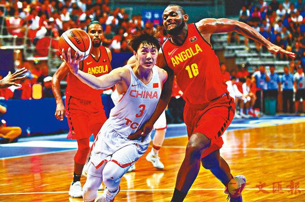 ■中國男籃藍隊(白衫)日前與安哥拉熱身。新華社