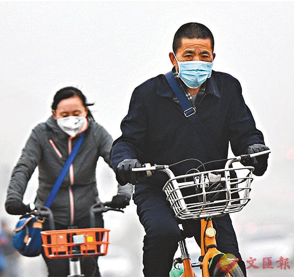 ■生態環境監測質量監督檢查三年行動計劃將展開。圖為山西民眾在霧霾中出行。   資料圖片