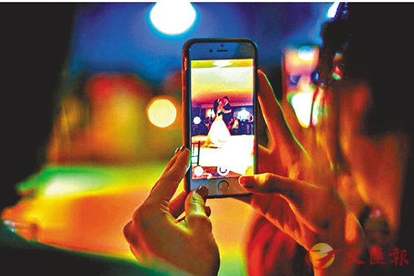 ■ 短視頻與旅遊、消費等深度融合,帶火許多「新玩法」。圖為用戶在拍攝短視頻。網上圖片