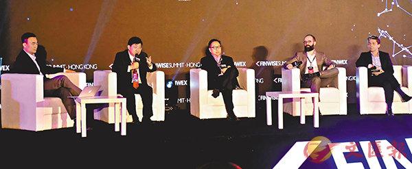■何順文(左二)稱,香港有能力成為未來發展區塊鏈技術最出色的城市之一。右二為Adam Stuckert,右一為Jason Dehni。 梁祖彝  攝