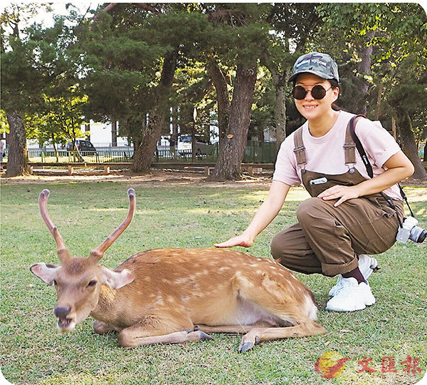 ■董敏莉大膽地走近鹿拍照。