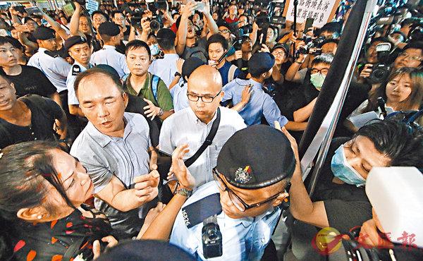 ■ 警方拉起人鏈將示威者與表演者隔開,防止衝突升級。 香港文匯報記者彭子文  攝