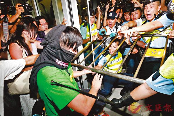 ■當日一批示威者衝擊立法會大樓。 資料圖片