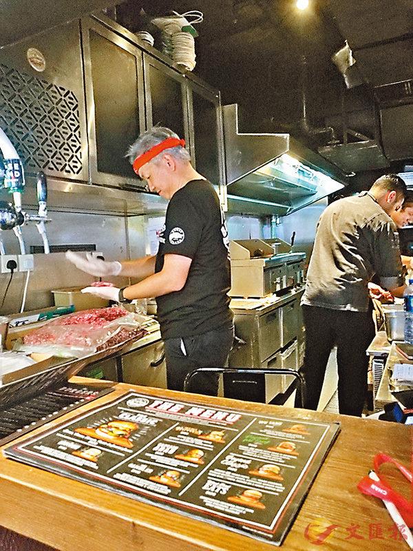 ■廚師正在處理由德州直送的新鮮牛肉