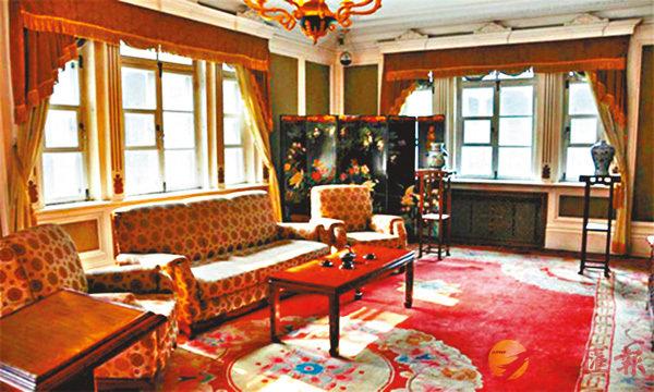 ■ 溥儀的辦公室和會客廳中,佈置�虓礄优y行的沙發、落地窗簾等。 網上圖片