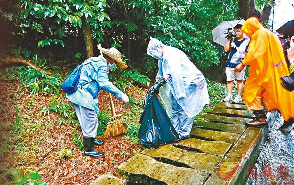 ■食環署人員清理獅子山公園的垃圾、雜草及積水,防止蚊患。 香港文匯報記者 顏晉傑  攝