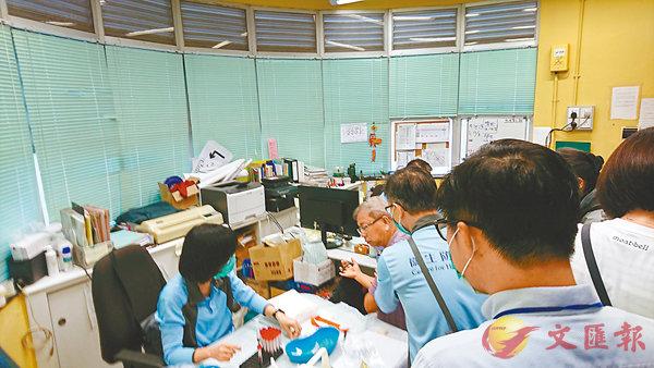 ■衛生防護中心為公園工作人員抽血化驗。 香港文匯報記者顏晉傑  攝