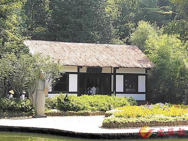 ■廬山花徑公園內的白居易草堂。 作者提供