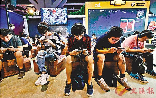 ■電競音樂節有手機電競大熱《絕地求生》(PUBG,又名「食雞」)挑戰賽,在昨日及今日會有全港電競挑戰賽個人賽的初賽,明日(8月26日)會有決賽,市民可以在會場即場報名參加初賽,挑戰自己技術及嬴取獎金獎品。昨日初賽首3小時內已有240人參與。  香港文匯報記者梁祖彝  攝