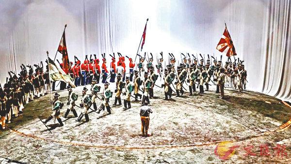 ■《戰爭與和平》帶妝排練現場,粵戲迷們幸運參與了該劇演出。  廣州大劇院供圖
