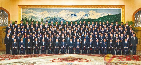 ■韓正與香港紀律部隊文化交流團全體成員合影留念。    新華社