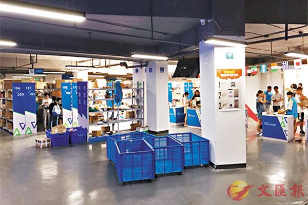■近700平方米的「快遞超市」原是該校地下車庫,現成校內14家快遞點的集合地。網上圖片