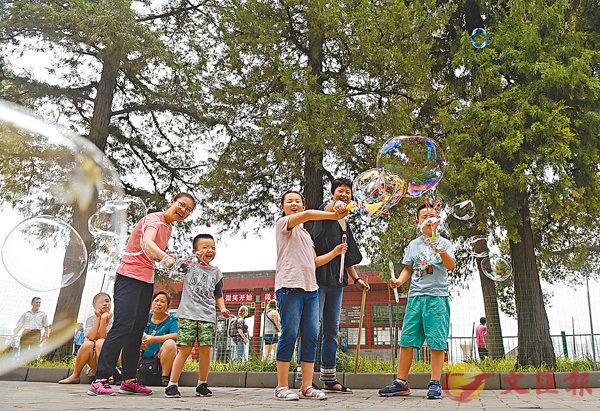 ■北京景山公園、中山公園、北海公園及天壇公園住戶騰退工作已完成。圖為遊人在北海公園遊玩。 資料圖片