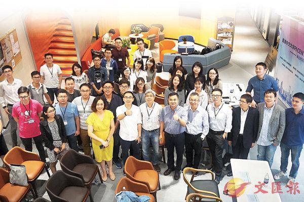 ■香港北上創業群體對申辦居住證需求強烈。圖為在佛山交流、創業的香港青年才俊。香港文匯報記者敖敏輝  攝