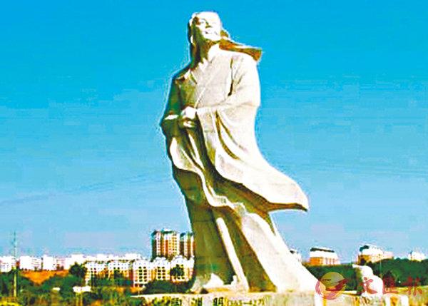 ■聳立於廬山市區的陶淵明雕像。 作者提供