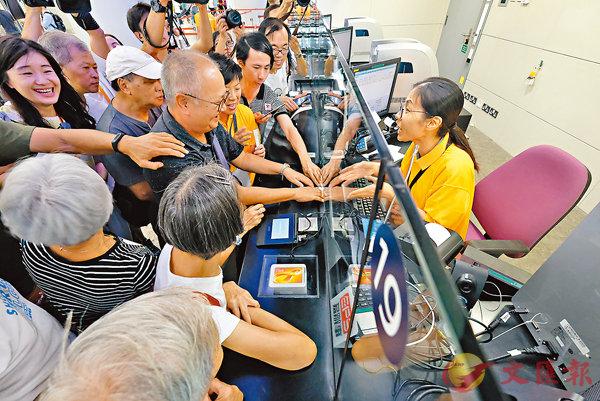 ■ 市民爭相詢問、體驗購買車票的程序。香港文匯報記者梁祖彝  攝