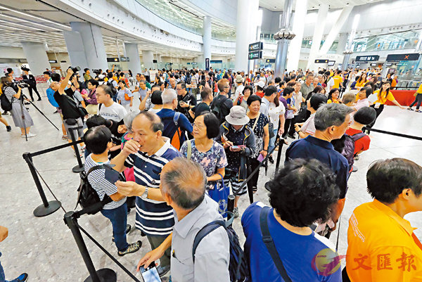 ■ 高鐵香港段西九龍站昨日起一連兩日舉行開放日,吸引大批市民親臨參觀。 香港文匯報記者梁祖彝  攝
